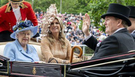queen-elizabeth-ii-with-king-willem-alexander-of-the-news-photo-1150564138-1560869462